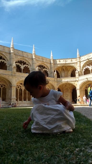 Isa brincando com as pedrinhas no Mosteiro, parte interna