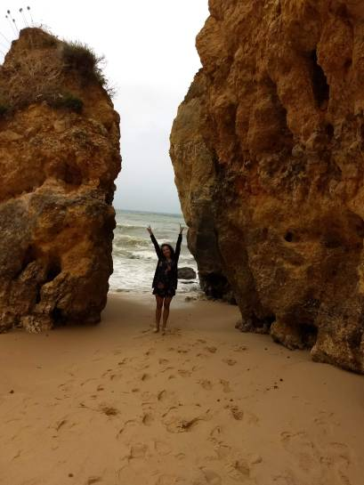 De blusa, na praia
